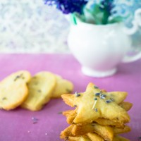 Buttery & Crumbly Bites for #SpicyChat: Shortbread Cookies Kissed with Lavender!